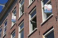 Borden te koop aan een rij appartementen in de de Pijp, Amsterdam