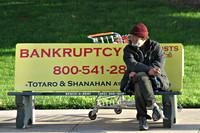 Zwerver op een bank met de tekst 'bankruptcy'