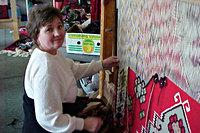 Vrouw die een kleed aan het weven is