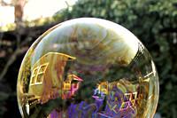 Weerspiegeling van een huis in een zeepbel
