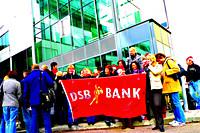 Groep mensen met vlag van de DSB Bank