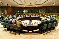 Minister-president Rutte samen met de andere EU-leiders rond de vergadertafel.