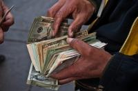 Geldwisselaar doet portemonnee open