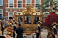 Gouden koets tijdens de rijtocht op prinsjesdag door Den Haag