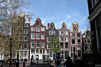 Rij grachtenpanden in Amsterdam