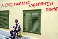 Man speelt accordeon onder een muur met protestslogan