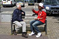 Een oudere man en een jongen op een bank