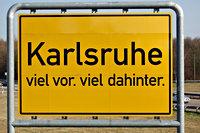Verkeersbord met daarop de tekst 'Karlsruhe viel vor, viel dahinter'