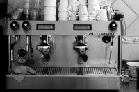 koffiemachine met kopjes daarboven