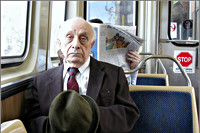 Oudere man in metro
