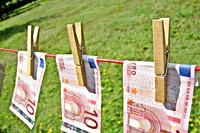 Biljetten van 10 Euro aan een waslijn