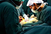 Medische chirurgen aan een operatietafel