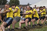 Groep mannen aan het touwtrekken