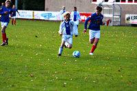 Voetballende jeugd op een voetbaldveld