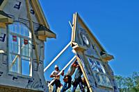 Bouwvakkers die aan een huis bouwen