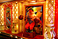 Beeld van een gewichtheffer bij de ingang van een casino