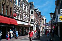 Winkelend publiek in Utrechtse winkelstraat op een zonnige dag