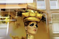 Etalagepop met goudkleurig hoofddeksel