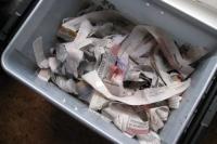 gescheurd papier in vuilnisbak