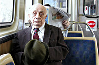 Oude man in tram